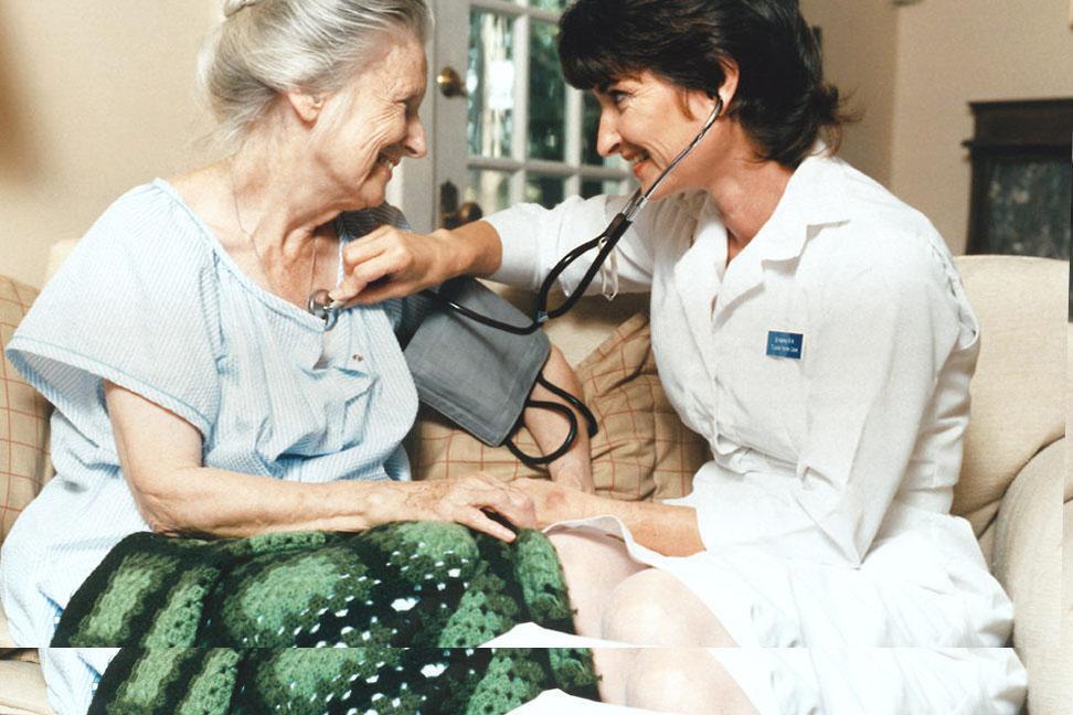 сиделка с медицинским образованием